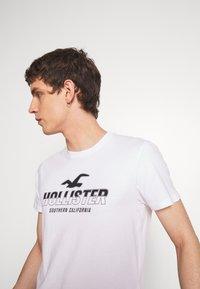 Hollister Co. - PRINT MOTOSPORT - Camiseta estampada - white - 4