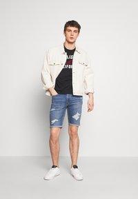 Hollister Co. - TECH LOGO MUSCLE FIT - T-shirt med print - black - 1