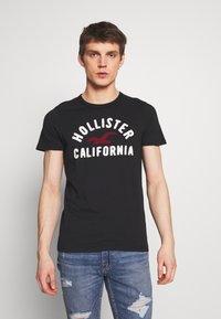 Hollister Co. - TECH LOGO MUSCLE FIT - T-shirt med print - black - 0