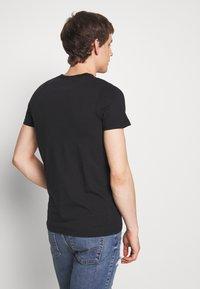 Hollister Co. - TECH LOGO MUSCLE FIT - T-shirt med print - black - 2