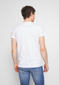 Hollister Co. - TECH LOGO MUSCLE FIT - Camiseta estampada - white - 2