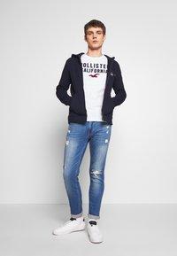 Hollister Co. - TECH LOGO MUSCLE FIT - Camiseta estampada - white - 1