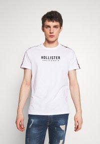 Hollister Co. - TECH LOGO BLOCK - Camiseta estampada - white - 0