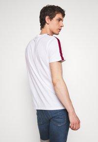 Hollister Co. - TECH LOGO BLOCK - Camiseta estampada - white - 2