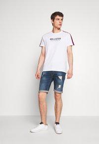 Hollister Co. - TECH LOGO BLOCK - Camiseta estampada - white - 1