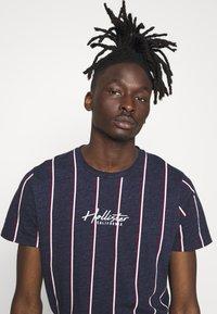 Hollister Co. - TECH LOGO STRIPES - Camiseta estampada - navy - 3