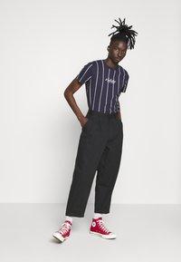 Hollister Co. - TECH LOGO STRIPES - Camiseta estampada - navy - 1