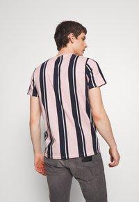 Hollister Co. - TECH LOGO STRIPES - Camiseta estampada - pink - 2