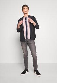 Hollister Co. - TECH LOGO STRIPES - Camiseta estampada - pink - 1