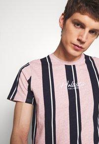 Hollister Co. - TECH LOGO STRIPES - Camiseta estampada - pink - 4