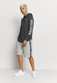 Hollister Co. - ICONIC LOGO HOOD  - Jersey con capucha - black - 1
