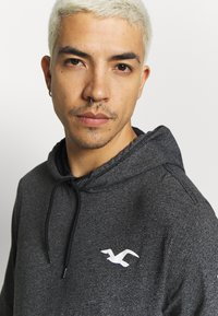 Hollister Co. - ICONIC LOGO HOOD  - Jersey con capucha - black - 3