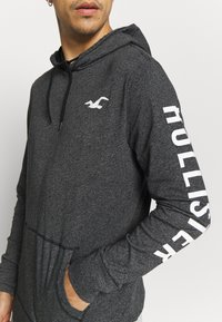 Hollister Co. - ICONIC LOGO HOOD  - Jersey con capucha - black - 6