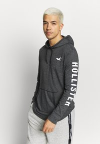 Hollister Co. - ICONIC LOGO HOOD  - Jersey con capucha - black - 0