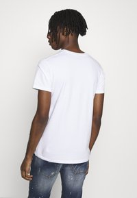 Hollister Co. - CREW SOLIDS - Camiseta básica - white - 2