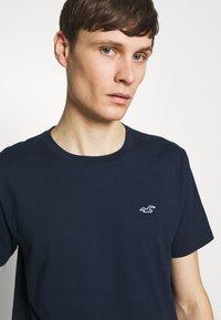 Hollister Co. - CREW SOLIDS - Camiseta básica - navy - 4