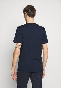 Hollister Co. - CREW SOLIDS - Camiseta básica - navy - 2