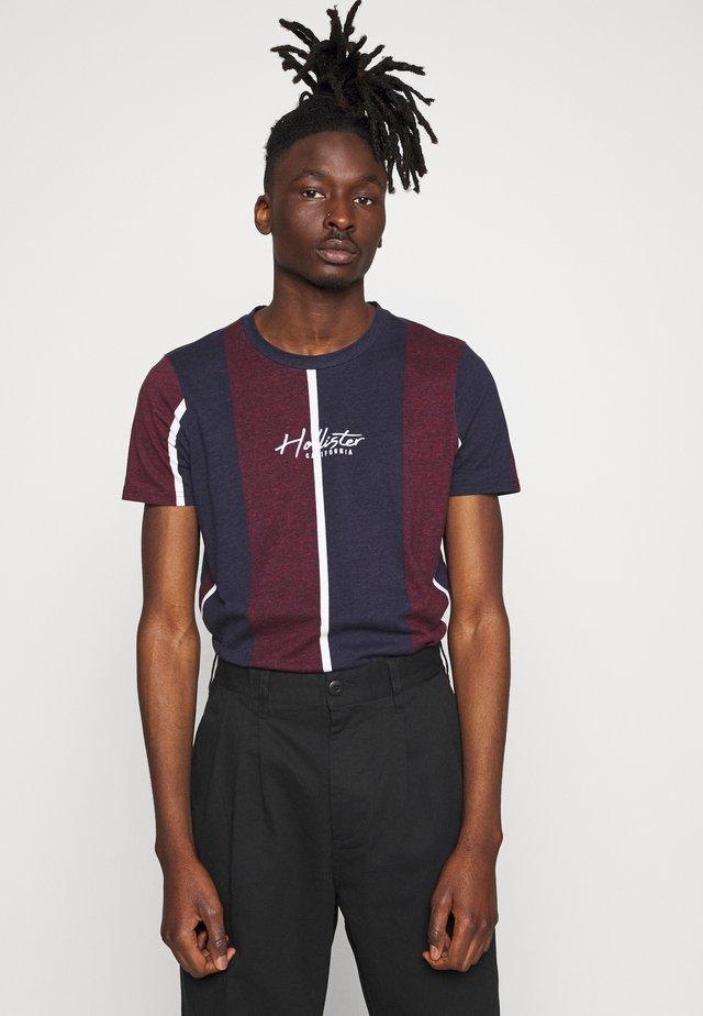 TECH LOGO STRIPES - Camiseta estampada - dark red/dark blue