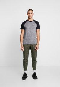 Hollister Co. - CREW RAGLAN  - T-shirt med print - grey - 1