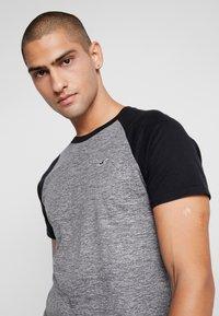 Hollister Co. - CREW RAGLAN  - T-shirt med print - grey - 5