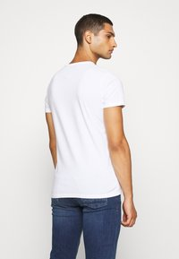 Hollister Co. - NON SOLID SOLIDS - Camiseta estampada - white