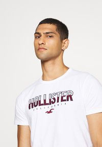 Hollister Co. - NON SOLID SOLIDS - Camiseta estampada - white - 3