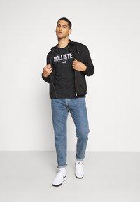 Hollister Co. - NON SOLID SOLIDS - Camiseta estampada - black - 1