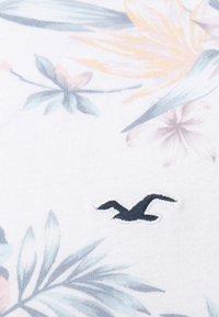 Hollister Co. - FLORAL SMALL SCALE - Camiseta estampada - white - 2