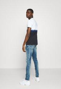 Hollister Co. - OMBRE LOGO - Camiseta estampada - white/navy - 2