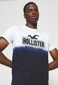Hollister Co. - OMBRE LOGO - Camiseta estampada - white/navy - 4