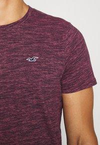Hollister Co. - CREW - Camiseta estampada - burg - 6