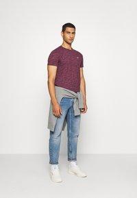 Hollister Co. - CREW - Camiseta estampada - burg - 1