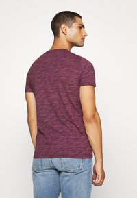Hollister Co. - CREW - Camiseta estampada - burg - 2