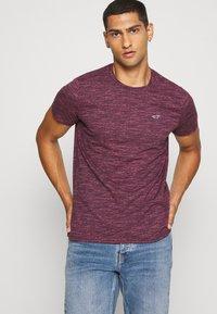 Hollister Co. - CREW - Camiseta estampada - burg - 3