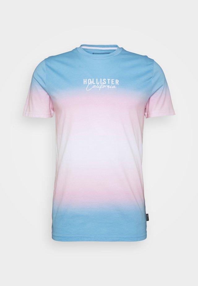 PRIDE LOGO TEE  - Camiseta estampada - blue/pink /white