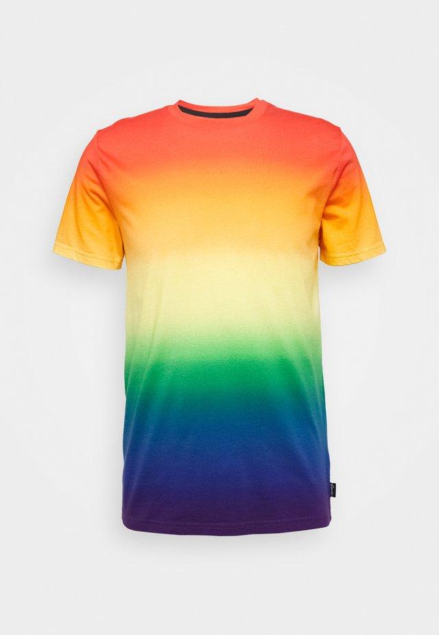 PRIDE CREW - T-shirt med print - rainbow ombre