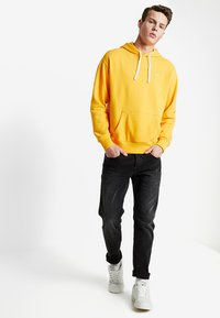 Hollister Co. - SUMMER ICON PO - Felpa con cappuccio - yellow - 1