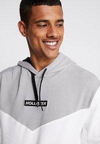 Hollister Co. - CHEVRON BOX LOGO - Hoodie - white - 3