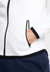 Hollister Co. - TOPPED - Zip-up hoodie - white - 5