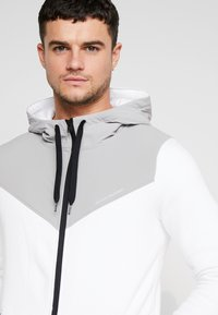 Hollister Co. - TOPPED - Zip-up hoodie - white - 3