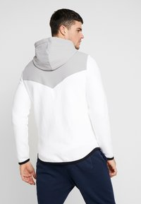 Hollister Co. - TOPPED - Zip-up hoodie - white - 2