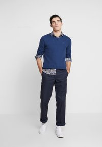 Hollister Co. - SCRUNCH CURVE HEM CREW - Svetr - solid navy - 1