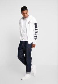 Hollister Co. - TECHNIQUE LOGO - veste en sweat zippée - white - 1