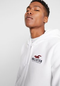 Hollister Co. - TECHNIQUE LOGO - Huvtröja med dragkedja - white - 3