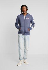Hollister Co. - TECHNIQUE LOGO - veste en sweat zippée - navy - 1