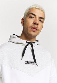 Hollister Co. - TONAL BOX  - Bluza z kapturem - grey/white - 5