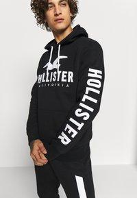 Hollister Co. - TECH LOGO - Mikina skapucí - black - 3