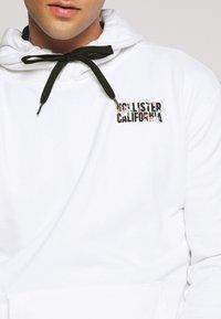 Hollister Co. - PRINT LOGO TERRY TREND - Sweat à capuche - white - 5