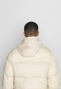 Hollister Co. - PUFFER MOCK BURG - Zimní bunda - beige - 5