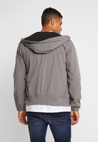 Hollister Co. - Cortaviento - grey - 2